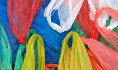 Полиэтиленовые пакеты оказались экологичнее бумажных